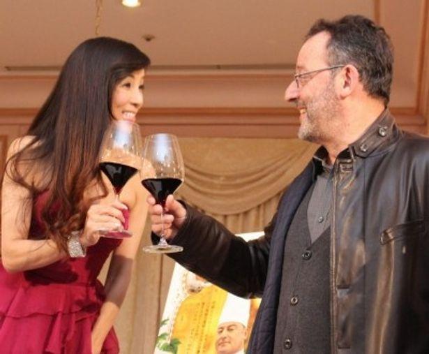 ジャン・レノと川島なお美がトークイベントに登場!ワインで乾杯!