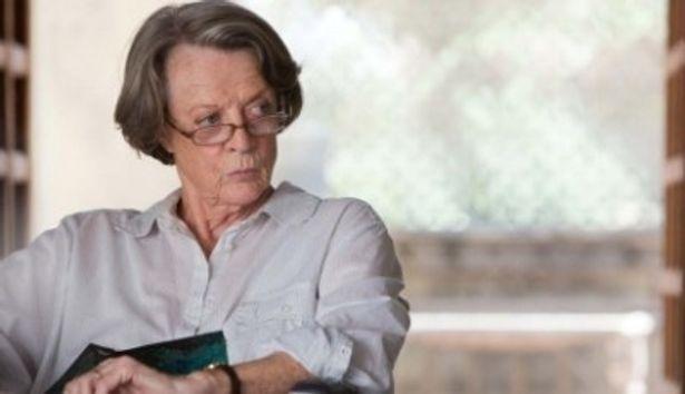 【写真を見る】『ハリー・ポッターシリーズ』のミネルバ・マクゴナガル役でおなじみのマギー・スミスがミュリエルを演じる