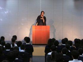 杏、妖怪人間ベラに扮し、母校で課外授業「大切なのは、これが良い!って選ぶこと」