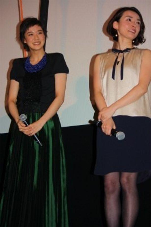 【写真を見る】蒼井優がお洒落!黒いブラウスに光沢のあるグリーンのロングドレスで登壇
