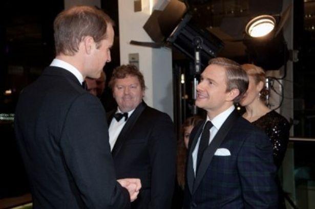 【写真を見る】ビルボ・バギンズを演じたマーティン・フリーマンと握手を交わすウィリアム王子