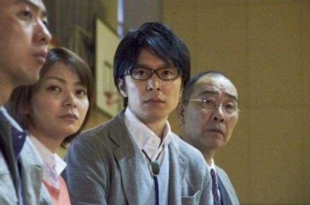 生徒会選挙で生徒が見せる大人顔負けの演説に驚く鈴木先生