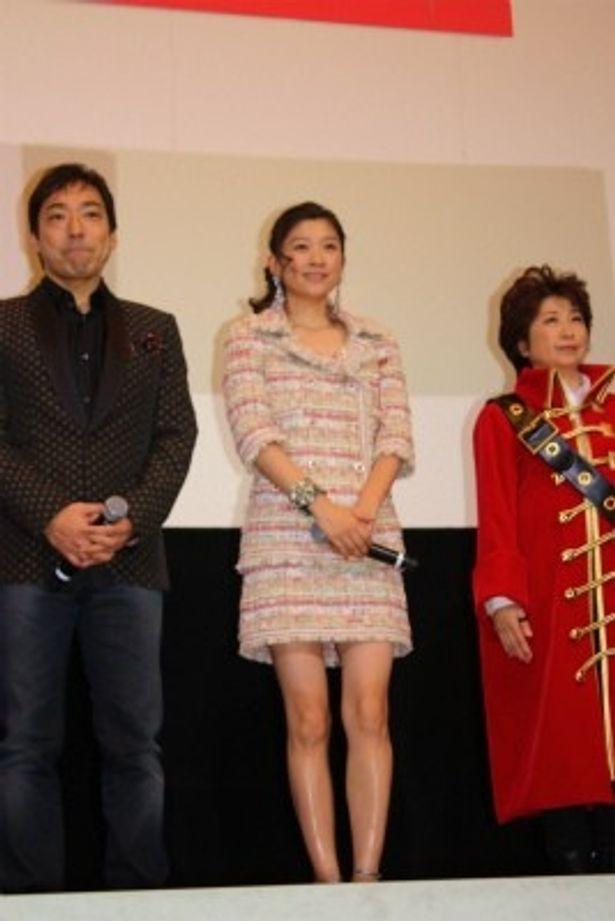 【写真をもっと見る】篠原涼子は超ミニのフェミニンなスーツで美脚を披露
