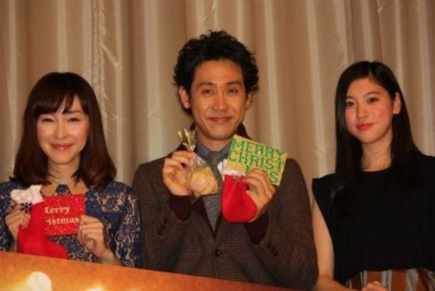 『グッモーエビアン!』の初日舞台挨拶に登壇した麻生久美子と大泉洋