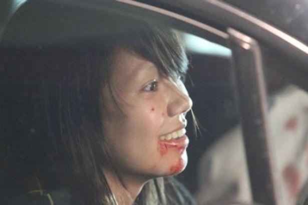 血で汚れた口元、眉毛を剃って不敵な笑みを浮かべる爆弾魔役はこれまでの彼女のイメージを一変させた