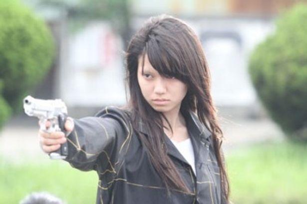 【写真を見る】銃を構えた姿も威圧感満点!それでも宮崎あおい似のビジュアルは健在!?