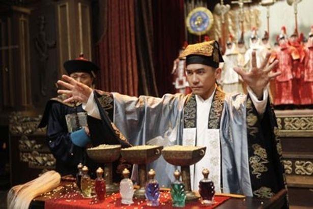 ド派手な中国の民族衣装を着て、マジックを披露するトニー・レオン