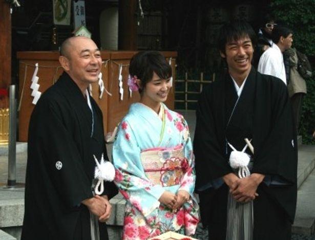 会見に登場した高橋克実、剛力彩芽、AKIRA(写真左から)