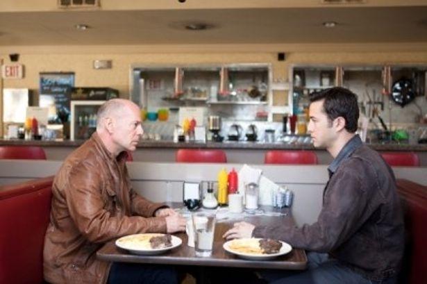 ブルース演じる30年後のジョーと、ジョゼフ演じる現在のジョーが戦う