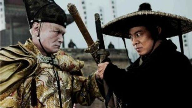 悪名高い宦官ワン督主を演じるリュー・チャーフィーとジャオを演じるジェット・リー(右)
