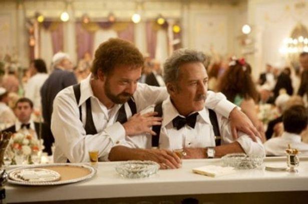 ポール・ジアマッティを上回る存在感を見せつけるダスティン・ホフマン(右)