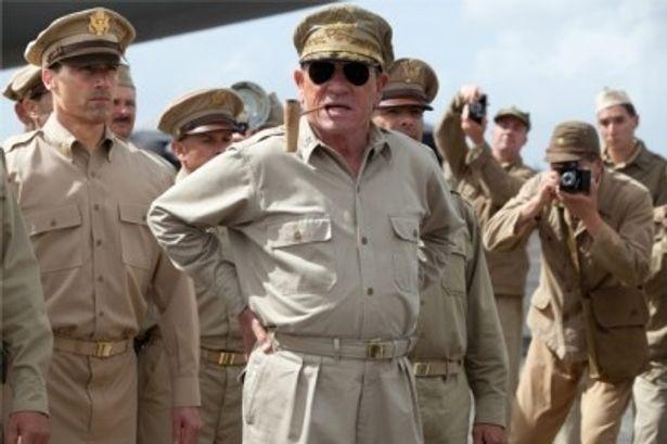 『終戦のエンペラー』でマッカーサー元帥を演じるトミー・リー・ジョーンズ