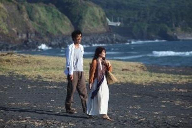 阿部寛は、奔放な妻・艶に翻弄された夫・松尾春二役