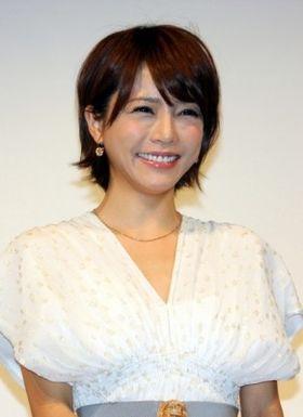 釈由美子、ギブス姿でも笑顔で登壇!「負けず嫌いで頑張りすぎます」
