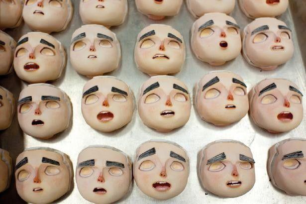 このままだとちょっと怖い。3Dプリンタで作られた8800個のノーマンの表情の一部