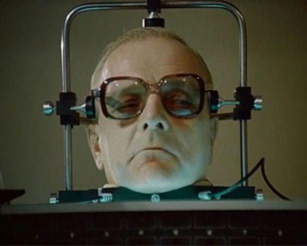自ら発明した溶液によって首から上だけでも生き続ける教授が登場する『ドウエル教授の首』