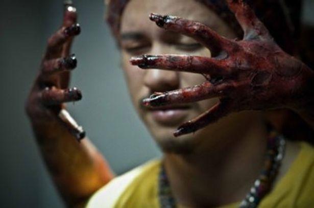 乗客に忍び寄る血まみれの手の正体は?