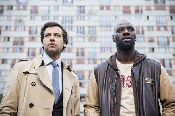 フランス郊外のボビニー警察に勤めるウスマス刑事を演じたオマール・シー(右)