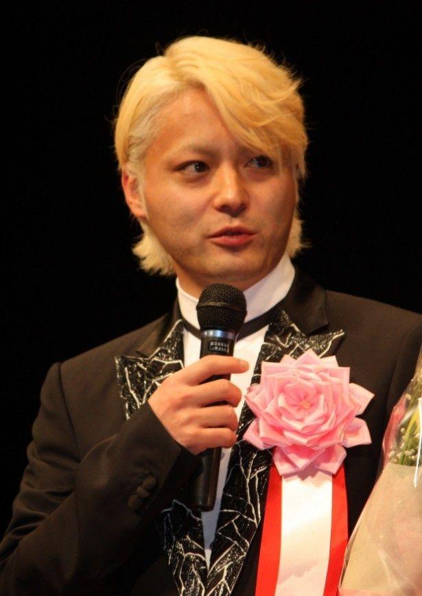 驚きの髪型で登壇した山田孝之