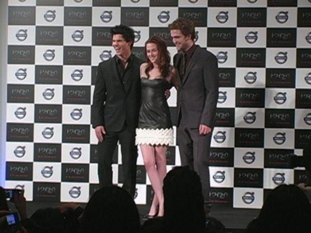 (中央)映画の中では冴えない女の子役のクリステンだけど、実際はスーパーモデル級のスタイルを持つ激美人!