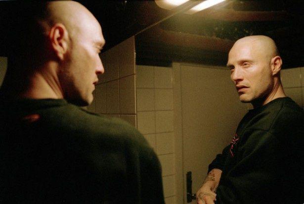 主人公トニーを演じるのは『007 カジノ・ロワイヤル』(06)でボンドの敵ル・シッフルを演じたマッツ・ミケルセン(『プッシャー2』)