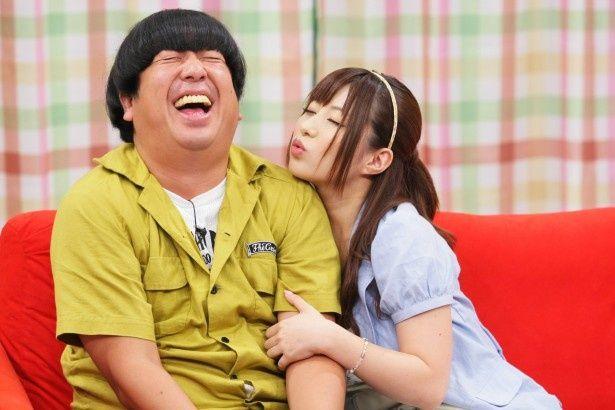 セクシーアイドルのキスの誘惑に思わず頬が緩むバナナマン・日村勇紀