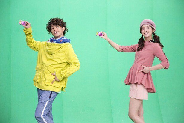 ユニークな振り付けで人気のロッテガム「Fit's」の新テレビCMに出演する佐藤健と佐々木希