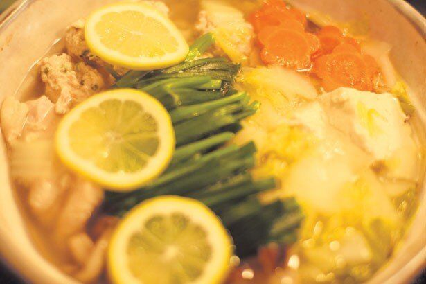 スライスレモンがトッピングされた鍋。爽やかな酸味がきいて美味しそう!