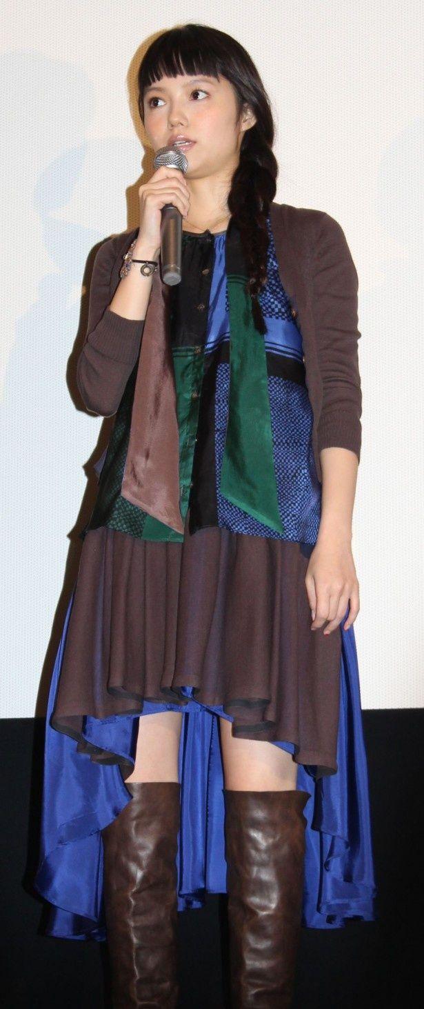 【写真を見る】テールカットのスカートが技あり!宮崎あおいがキュートなコーデを披露
