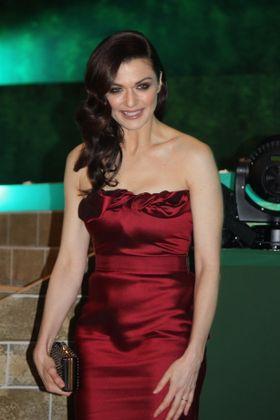 極寒プレミアでもレイチェル・ワイズはドレス一枚!