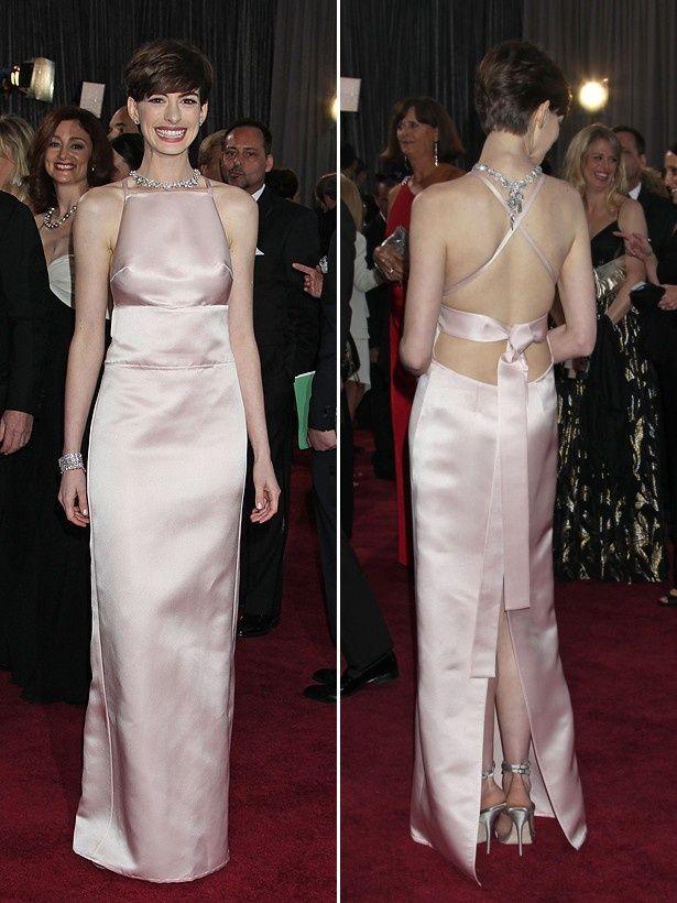 【写真を見る】アンが、日本のファッションにインスパイアされたというプラダのペールピンクのドレス