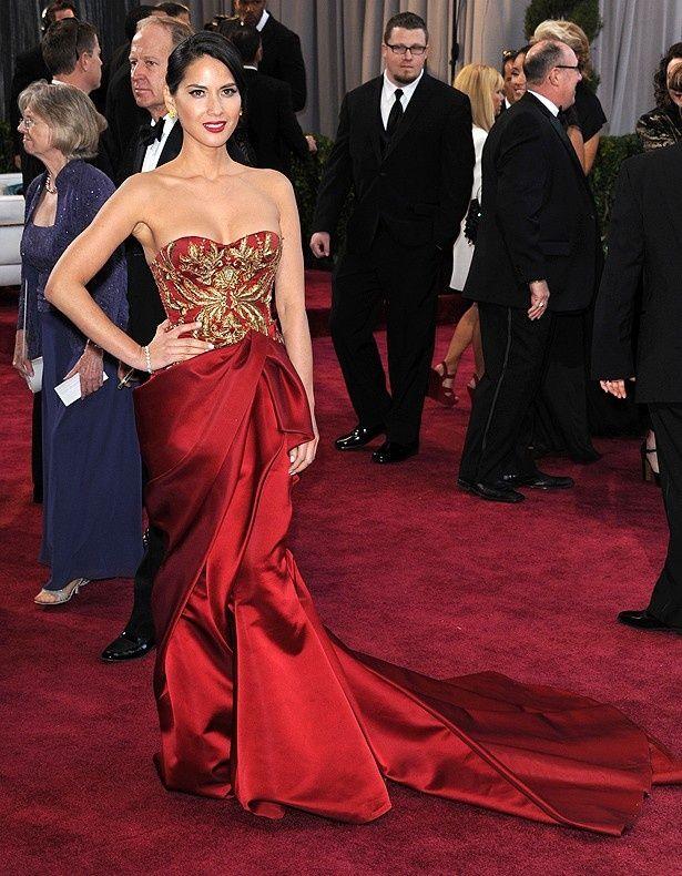 不評だったオリヴィア・マンのマラケッサの赤いドレス