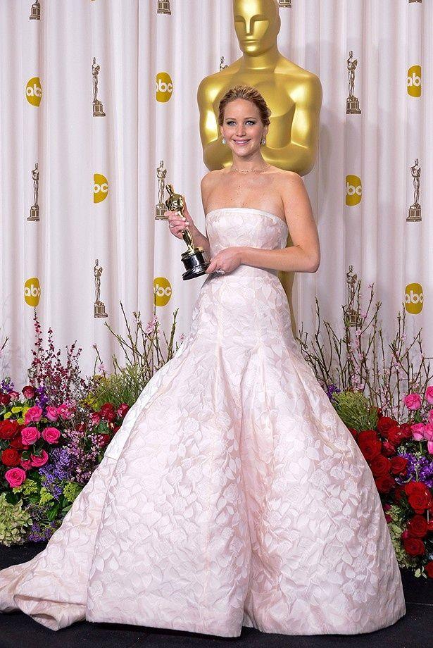 【写真を見る】花嫁のようなディオールのドレスで現れたジェニファー・ローレンス