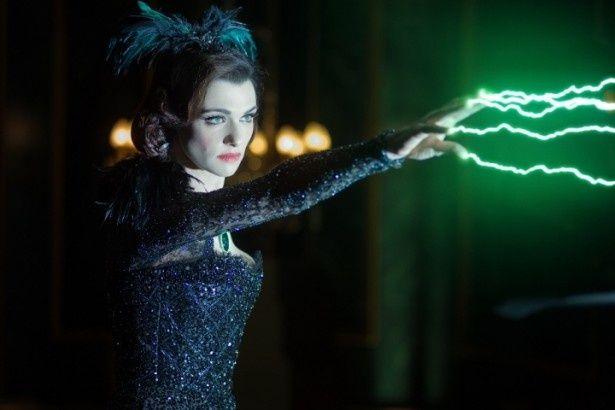 東の魔女エヴァノラを演じるレイチェル・ワイズ