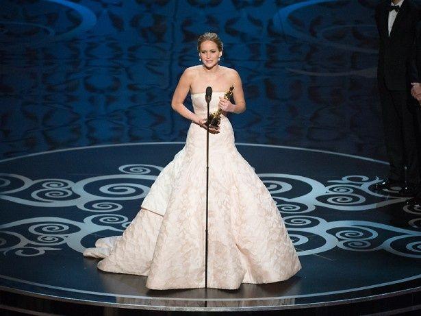 アカデミー賞受賞式の登壇時に階段で転んでしまったジェニファー