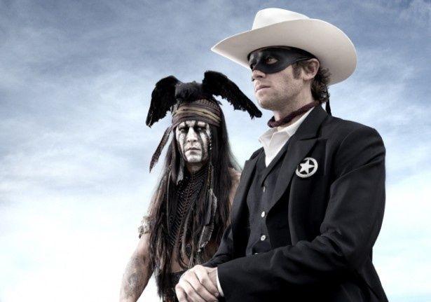 顔は白塗り、長髪、頭の上にはカラスを乗せた、ジョニー・デップ演じるトント(左)