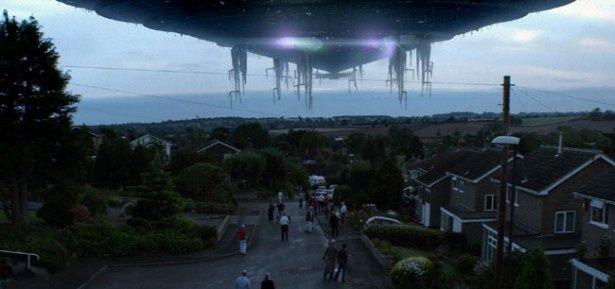 空を覆うばかりの大きさのUFO。でも、ヴァン・ダムの敵ではない?