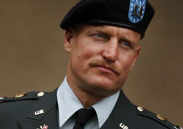ウディ・ハレルソンが上官のトニー大尉を演じる