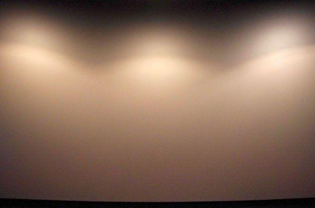 G列中央からの眺め。圧倒的な存在感を放つスクリーンに包まれるような感覚に!