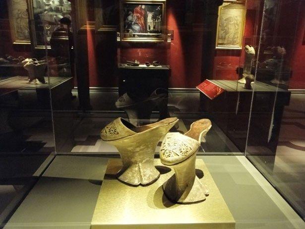 ビクトリア女王のダンス用スリッパから、エルトン・ジョンやエルビス・プレスリーなど有名人の靴まで1万2500足以上の靴が展示されているシューズ・ミュージアムも登場