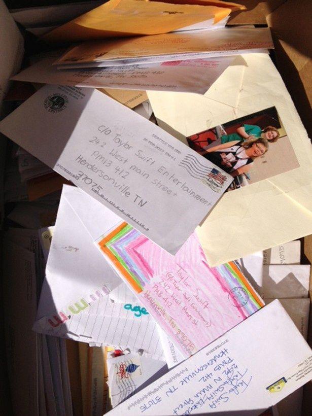 【写真を見る】未開封のままゴミ箱で見つかった大量のファンレター