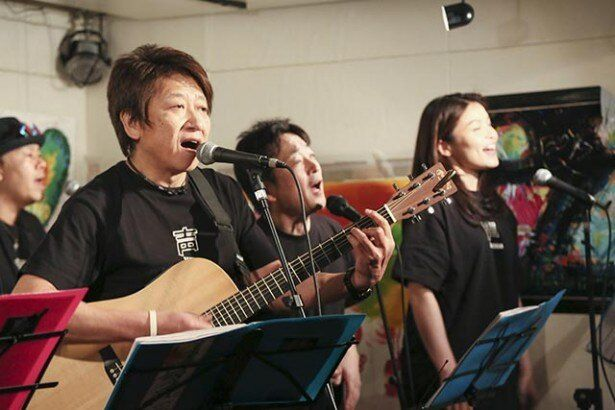 【写真を見る】東日本大震災からちょうど2年となる3月11日、声優の井上和彦が団長を務める「声援団」が下北沢でチャリティーライブを開催