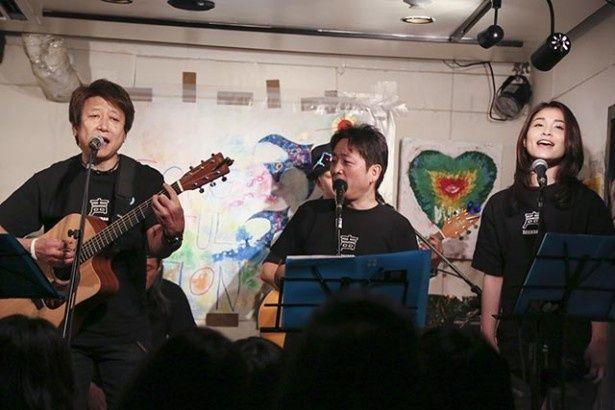 「ギターを持つのは昨年の夏以来」という井上に対し、盟友・水島裕(中央)も熱唱で応える