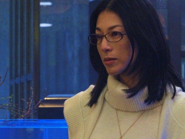 【写真を見る】事件の鍵を握る遺伝子学教授の水上利江子役に鈴木保奈美