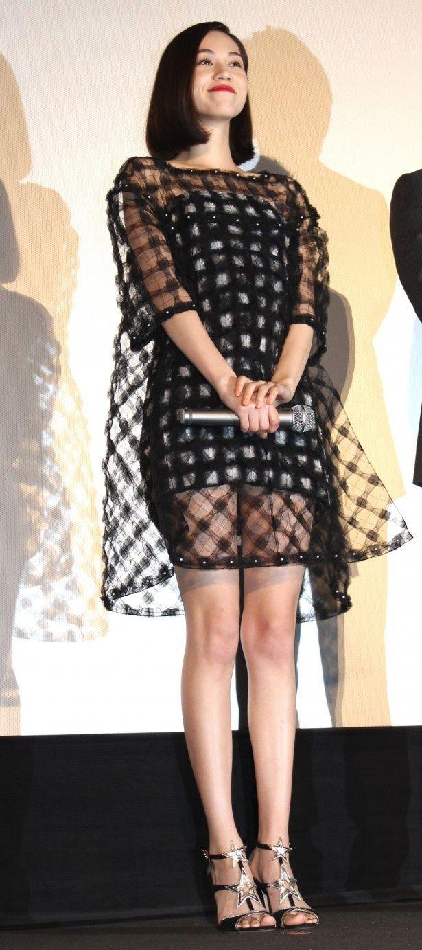 【写真を見る】水原希子は黒のシースルーのミニドレスで登場!キュートな笑顔で会場を魅了した