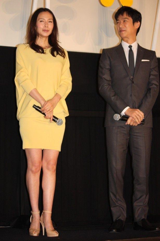 【写真を見る】中谷美紀は春らしい黄色のミニで美脚を披露