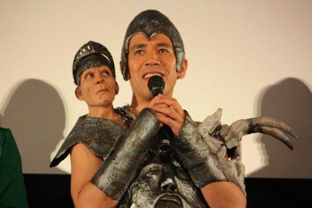 巨人のボス、ファロン将軍役の声優を務めたゴリ