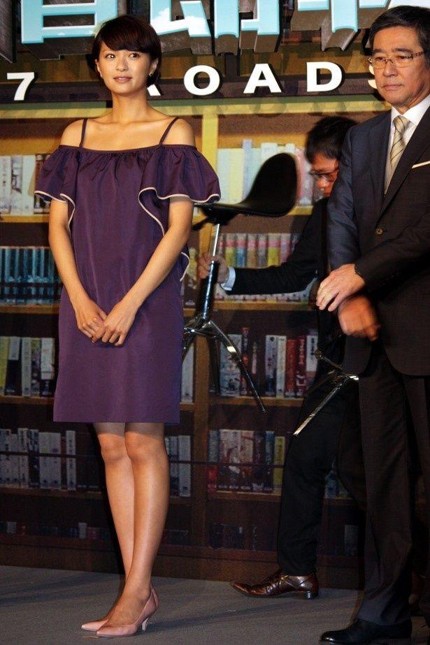 【写真を見る】榮倉奈々はパープルのミニドレスで美脚を披露