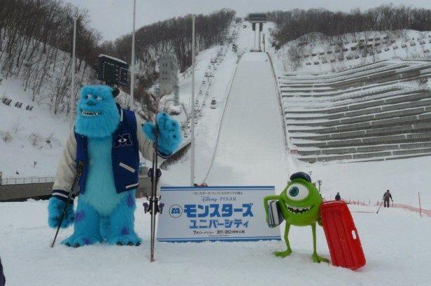 【写真を見る】サリーとマイク、北海道ではスキーやソリなど雪遊びに挑戦