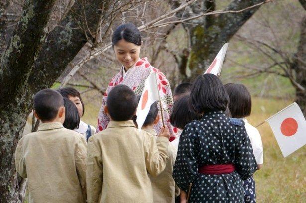 【写真を見る】原監督の『カラフル』で声優を担当した宮崎あおいがナレーションのほか国民学校の教諭役で出演